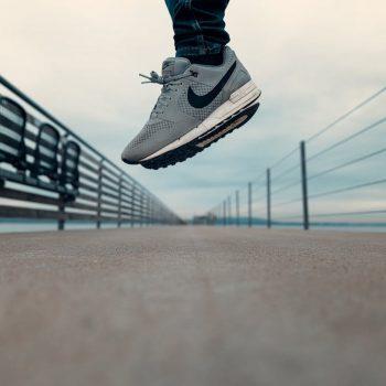 Ien op de trije Friezen rint of rûn ea op Nike Air Max