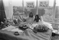 Unike bylden weromfûn fan John en Yoko op bêd