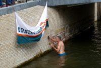 Wethâlder springt yn it wetter by iepening Djipswâlen Kollum