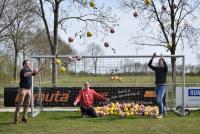 Jongereinleden fuotbalferiening Easterlittens krije oefenbal kado