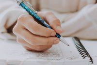 Wa skriuwt in essay oer feroarjende tiden?