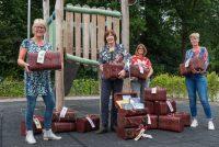 Lida Dykstra bringt lêskoffers op Opsterlânske skoallen