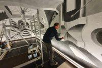 Strjitkeunstner Leon Keer nimt Prinsessehôf ûnder hannen