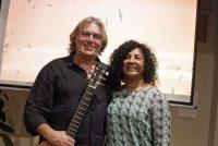 Gitarist Eddie Mulder & fotografy fan Rosita da Lima yn Koarnjum