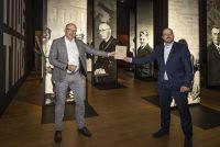 Boek fol oarlochsoantinkens skonken oan it Frysk Fersetsmuseum