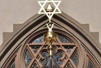 Tribune yn synagoge Westlike Jordaanoere stoart yn