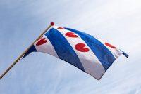 Oprop: hingje manmachtich de Fryske flagge út by Benelux Tour