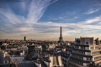 Koarddûnser stekt fan Eiffeltoer ôf Seine oer
